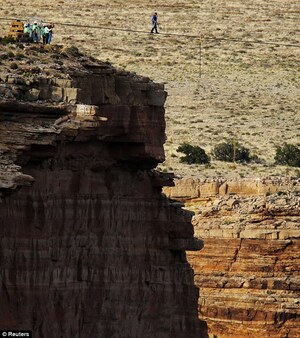 Nik-Wallenda-crossing-the-Grand-Canyon-01
