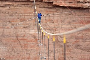 Nik-Wallenda-crossing-the-Grand-Canyon-05