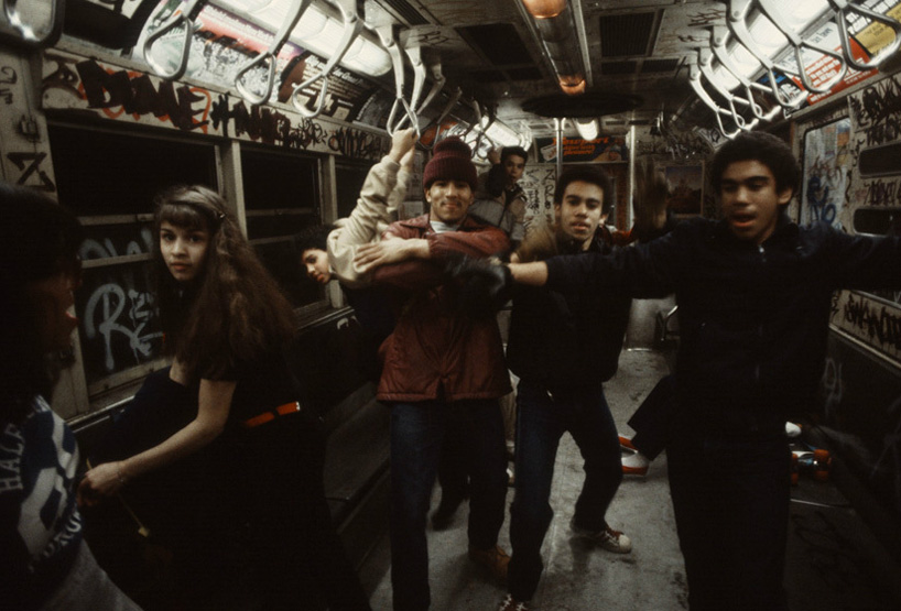 christopher-morris-photographs-the-gritty-NYC-subway-in-1981-designboom-03