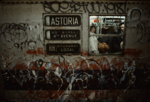 christopher-morris-photographs-the-gritty-NYC-subway-in-1981-designboom-06