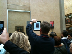 Image of a person taking a photo of the Mona Lisa on an iPad, from Broadsheet.ie. Click for link.