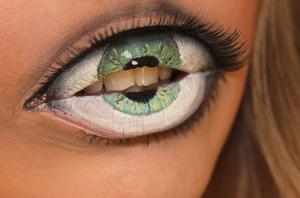 Lip-makeup-that-mimicks-an-eye