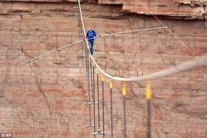 Nik-Wallenda-crossing-the-Grand-Canyon-05