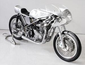 customized-vintage-racing-motorcycle-by-sebastian-errazuri-designboom-12