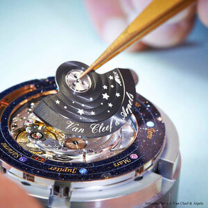 wristwatch-shows-solar-system-planets-orbiting-around-the-sun-2