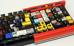 JK-brickworks-builds-fully-functional-computer-keyboard-with-LEGOs-designboom-05