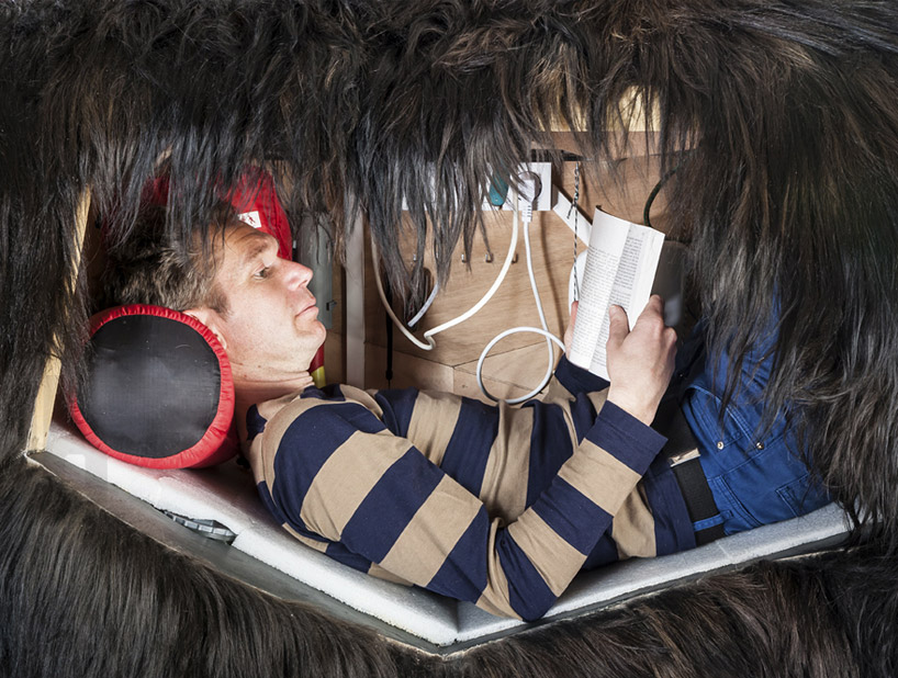 abraham-poincheval-lives-inside-a-bear-carcass-for-two-weeks-designboom-04
