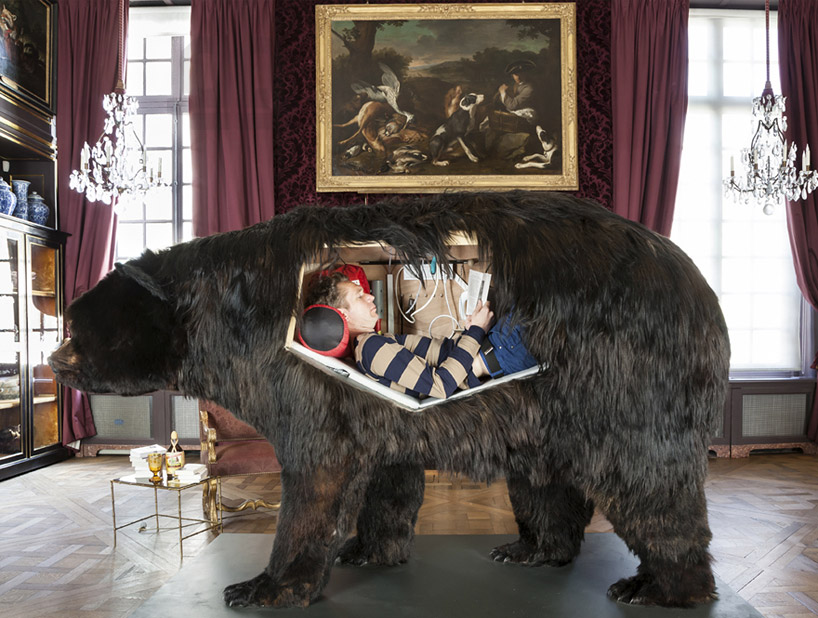 abraham-poincheval-lives-inside-a-bear-carcass-for-two-weeks-designboom-05