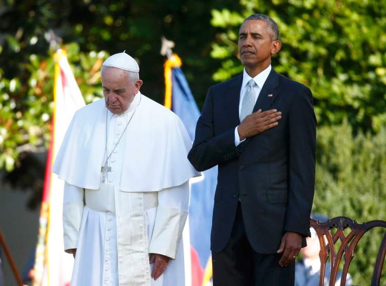 Pope Francis (L) and U.S. President Barack Obama stand onstage during the playing of the U.S. National Anthem at an official welcoming ceremony on the South Lawn at the White House in Washington September 23, 2015. The pontiff is on his first visit to the United States.   REUTERS/Tony Gentile