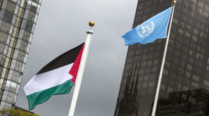 The Palestinian flag flies beside the flag of the United Nations after being raised by Palestinian President Mahmoud Abbas in a ceremony during the United Nations General Assembly at the United Nations in Manhattan, New York September 30, 2015. Even though Palestine is not a member of the United Nations, the General Assembly adopted a Palestinian-drafted resolution that permits non-member observer states to fly their flags alongside those of full member states.  REUTERS/Andrew Kelly - RTS2H7D