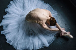 russian-ballet-photographer-darian-volkova-shows-behind-the-stage-life-of-dancers-18__880
