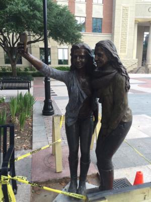 selfie-statue-595x793