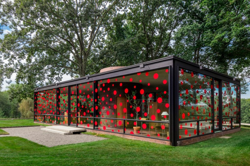 philip-johnson-glass-house-yayoi-kusama-polka-dots-2