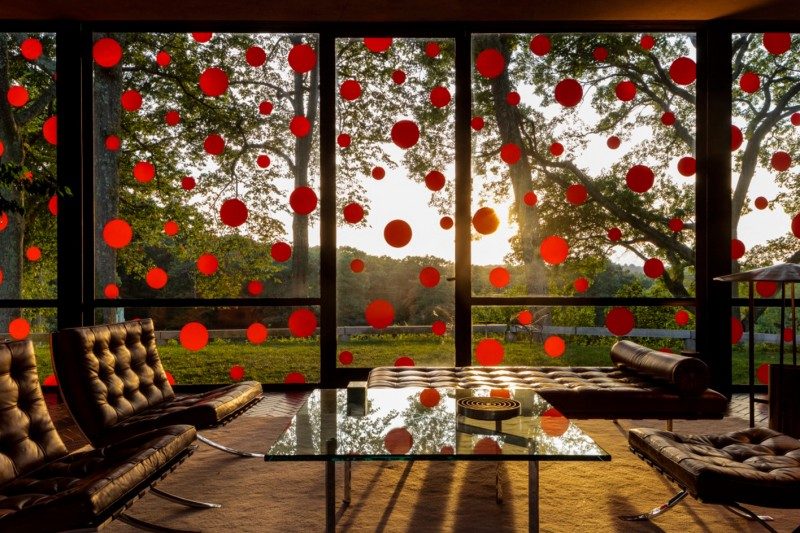 philip-johnson-glass-house-yayoi-kusama-polka-dots-5