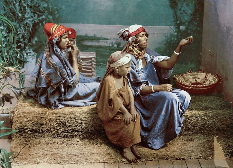 a-family-of-bedouin-beggars-tunis